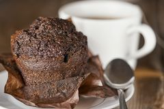 Булочка шоколада с чашкой чаю Стоковое фото RF