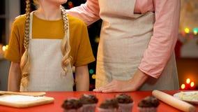 Булочки для семейного торжества, праздники рождества бабушки и девушки печь стоковые фото