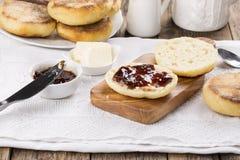 Булочки завтрака свежие домодельные английские с маслом и вареньем стоковая фотография