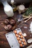 Булочки и ингридиенты шоколада для теста на таблице Стоковая Фотография RF