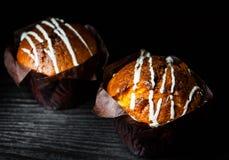 2 булочки коричневых бумаги обернутых на темное деревянном Стоковое Фото