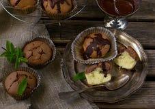 Булочки мраморного торта с отбензиниванием шоколада Стоковые Изображения RF