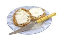 булочки ножа сыра cream Стоковое Изображение RF