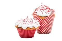 2 булочки пирожных при сливк и красная замороженность изолированные на белизне Стоковое фото RF