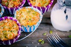 Булочки с шпинатом, семенами тыквы сыра фета и семенами сезама стоковое фото