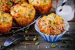 Булочки с шпинатом, семенами тыквы сыра фета и семенами сезама Стоковые Изображения