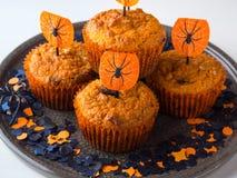 Булочки тыквы на хеллоуин ягнятся партия на белизне Стоковая Фотография