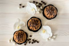 Булочки шоколада и белые орхидеи Стоковые Изображения RF
