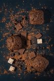 Булочки шоколада на голубой деревянной предпосылке с частями шоколада и бурого пороха над взглядом Стоковое Фото