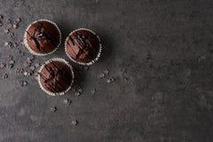 Булочки шоколада покрыли при шоколад одевая на черном concre стоковая фотография rf