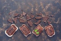 Булочки шоколада с ломтями шоколада на темной предпосылке Стоковое фото RF
