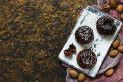 Булочки шоколада с пеканами под ganache шоколада Стоковые Фотографии RF