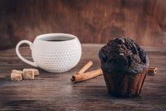 Булочки шоколада с циннамоном и кофе на деревянном столе, селективным фокусом Стоковое Фото