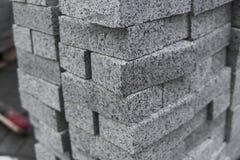 Булыжник мостоваой в стоге на улице Слябы мостоваой бетона или гранита серые квадратные для тротуара стоковое фото rf