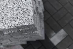 Булыжник мостоваой в стоге на улице Слябы мостоваой бетона или гранита серые квадратные для тротуара стоковые изображения