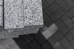 Булыжник мостоваой в стоге на улице Слябы мостоваой бетона или гранита серые квадратные для тротуара стоковое изображение rf