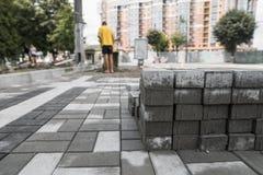 Булыжник мостоваой в стоге на улице Слябы мостоваой бетона или гранита серые квадратные для тротуара стоковая фотография rf