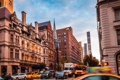 Бульвар Нью-Йорка, Madison - 1-ое ноября 2017: Автомобили и кабины в движении на бульваре Madison против классических архитектуры Стоковые Фото