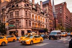 Бульвар Нью-Йорка, Madison - 1-ое ноября 2017: Автомобили и кабины в движении на бульваре Madison против классических архитектуры Стоковые Изображения RF