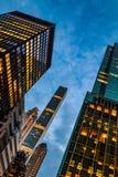 Бульвар Нью-Йорка, Madison - 1-ое ноября 2017: Смотреть вверх на классической архитектуре и зданиях на бульваре Madison на сумрак Стоковые Фото