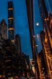 Бульвар Нью-Йорка, Madison - 1-ое ноября 2017: Смотреть вверх на классической архитектуре и зданиях на бульваре Madison на сумрак Стоковое Изображение