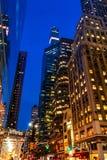 Бульвар Нью-Йорка, Madison - 1-ое ноября 2017: Смотреть вверх на классической архитектуре и зданиях на бульваре Madison на сумрак Стоковая Фотография RF
