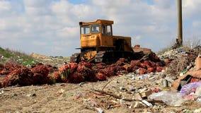 Бульдозер работает в месте захоронения отходов акции видеоматериалы