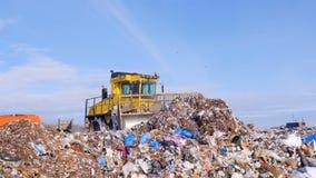 Бульдозер compactor места захоронения отходов выравнивает вниз с кучи погани Вода, концепция загрязнения воздуха видеоматериал