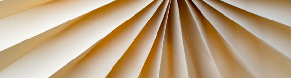 Бумага была сложена для того чтобы завернуть вентилятор в бумагу Стоковое Фото