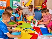 Бумага вырезывания ребенка в классе Lerning развития социальный в школе Стоковое Изображение RF