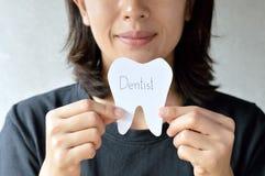 Бумага владением женщины режет форму зуба, зубоврачебную концепцию Стоковое фото RF