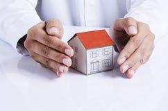 Бумага дома предохранения от руки для концепции ссуд под недвижимость Стоковое Изображение RF