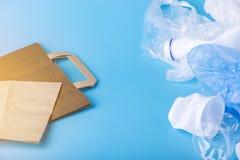 Бумага или полиэтиленовые пакеты для упаковывая и продуктов нося Выберите для охраны окружающей среды установьте текст стоковая фотография rf
