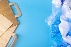 Бумага или полиэтиленовые пакеты для упаковывая и продуктов нося Выберите для охраны окружающей среды установьте текст стоковые фотографии rf
