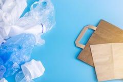 Бумага или полиэтиленовые пакеты для упаковывая и продуктов нося Выберите для охраны окружающей среды установьте текст стоковое фото rf