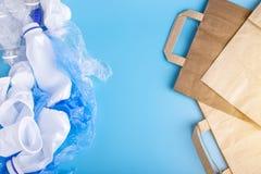 Бумага или полиэтиленовые пакеты для упаковывая и продуктов нося Выберите для охраны окружающей среды установьте текст стоковые изображения rf