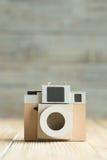 Бумага камеры на деревянной предпосылке Стоковая Фотография