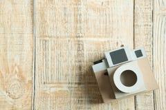 Бумага камеры на деревянной предпосылке Стоковое Изображение