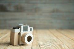 Бумага камеры на деревянной предпосылке Стоковая Фотография RF