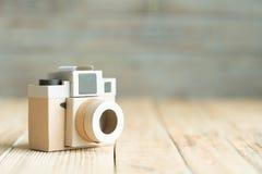 Бумага камеры на деревянной предпосылке Стоковые Фотографии RF