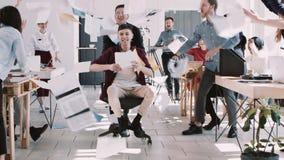 Бумага КРАСНОГО бизнесмена EPIC-W счастливого молодого бросая в воздухе с корпоративной командой, ехать замедленным движением сту акции видеоматериалы
