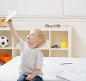 бумага летания мальчика спальни самолета Стоковая Фотография