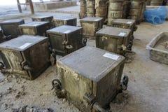 Бумага маркировки на верхней поверхности свежего бетона в mou стали куба стоковые изображения
