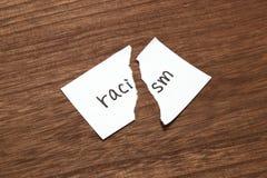 Бумага написанная как расизм сорвана на древесине Концепция упразднения расовой дискриминации стоковое изображение rf