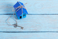 Бумага дома на деревянной предпосылке Стоковая Фотография
