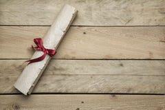 Бумага письма на деревянной предпосылке стоковые изображения rf
