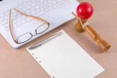 Бумага примечания и eyeglasses на компьтер-книжке. Стоковое Фото