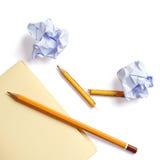 Бумага примечания, скомканная бумага и карандаш Стоковое Фото