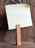 Бумага примечания с зажимкой для белья Стоковые Изображения