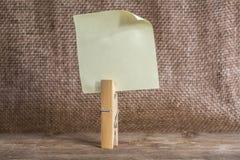 Бумага примечания с зажимкой для белья Стоковое фото RF